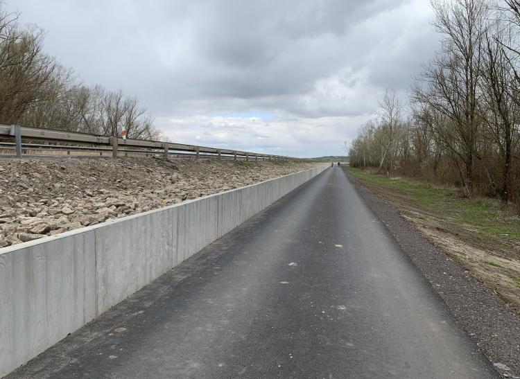 Cyklostezka vedená po hrázi VD podél silnice I/52