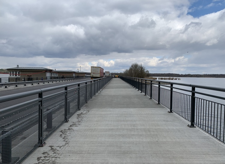 Vedení cyklostezky po mostě přes bezpečnostní přeliv VD